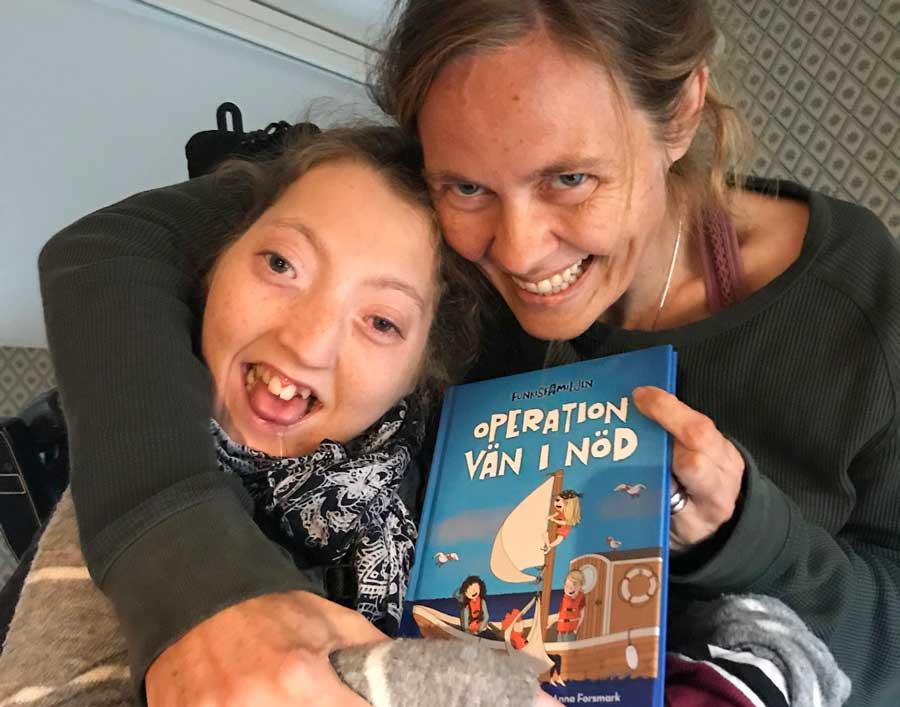 Anna Pella med dottern Agnes och boken Operation vän i nöd.|Bokomslag Operation vän i nöd