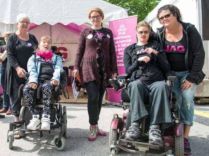 Cecilia Blanck tillsammans med medlemmar i JAG. Foto: Linnea Bengtsson.