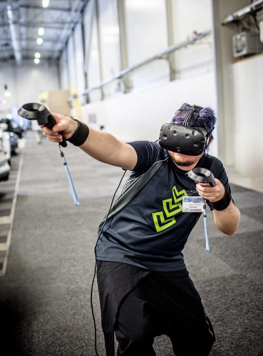 Jesper Petersson demonstrerar utrustningen för VR - perfekt för bland annat träning. Foto: Linnea Bengtsson.
