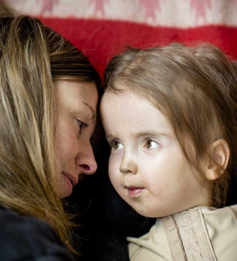 Eijas föräldrar kämpar för dottern: Ge vårt barn assistans!