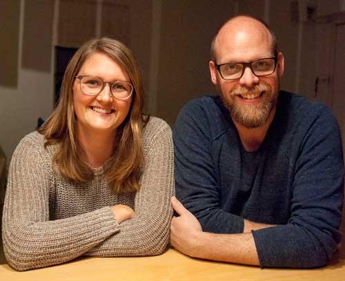 Föräldraparet Elin och Fredrik Alm tycker att det är väldigt speciellt att möta andra i liknande situation, trots att man egentligen inte känner varandra.