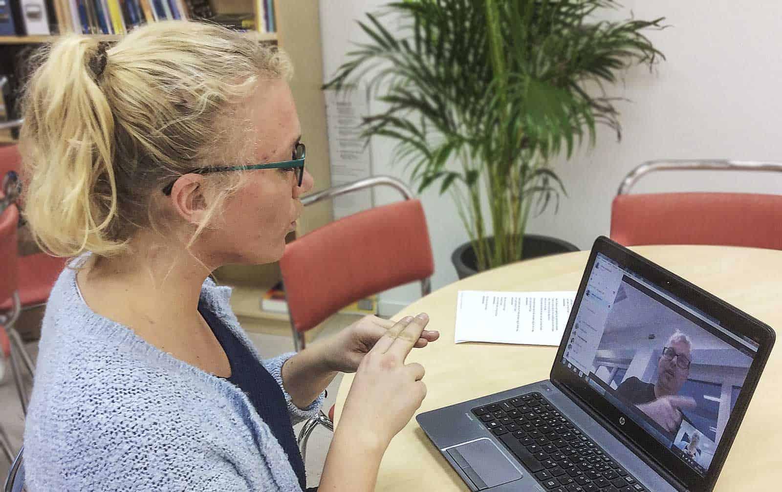 Teckenspråksutbildningen som sker via Skype är helt anpassad efter varje elevs behov och önskemål.