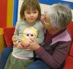 Foto på barn och pedagog.