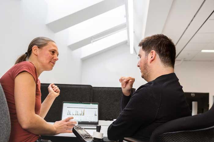 Assistansanvändare och anordnare i samtal. Foto: Johnér bildbyrå