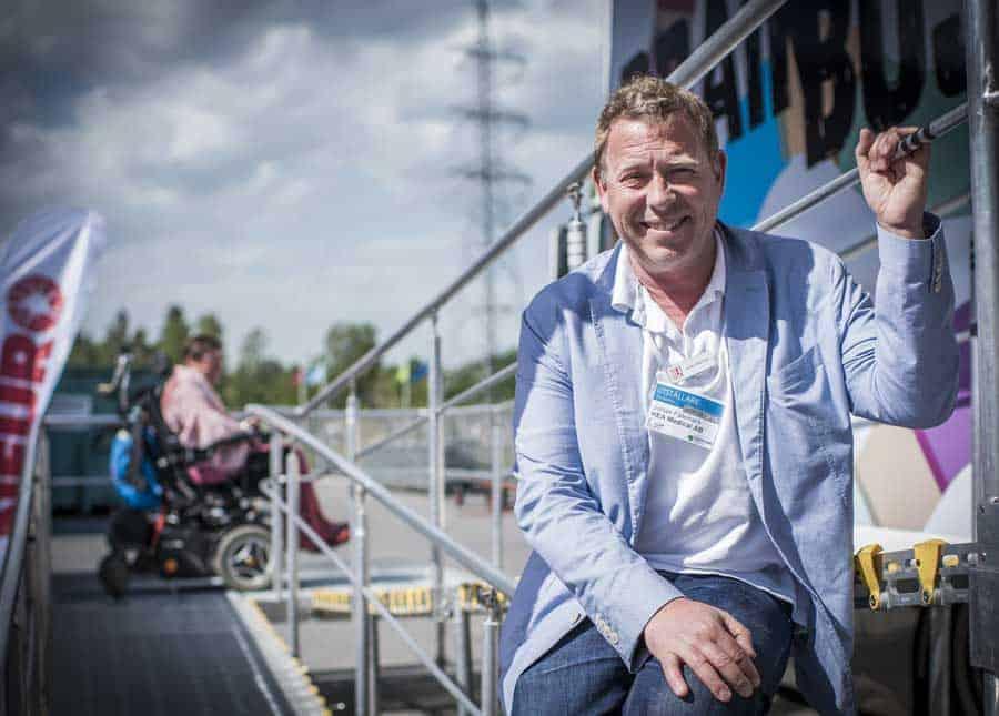 Johan Fälemark. Foto: Linnea Bengtsson.|Elin Svensson. Foto: Pelle Larsson|Buss med hjälpmedel|Hea Medical och Permobil