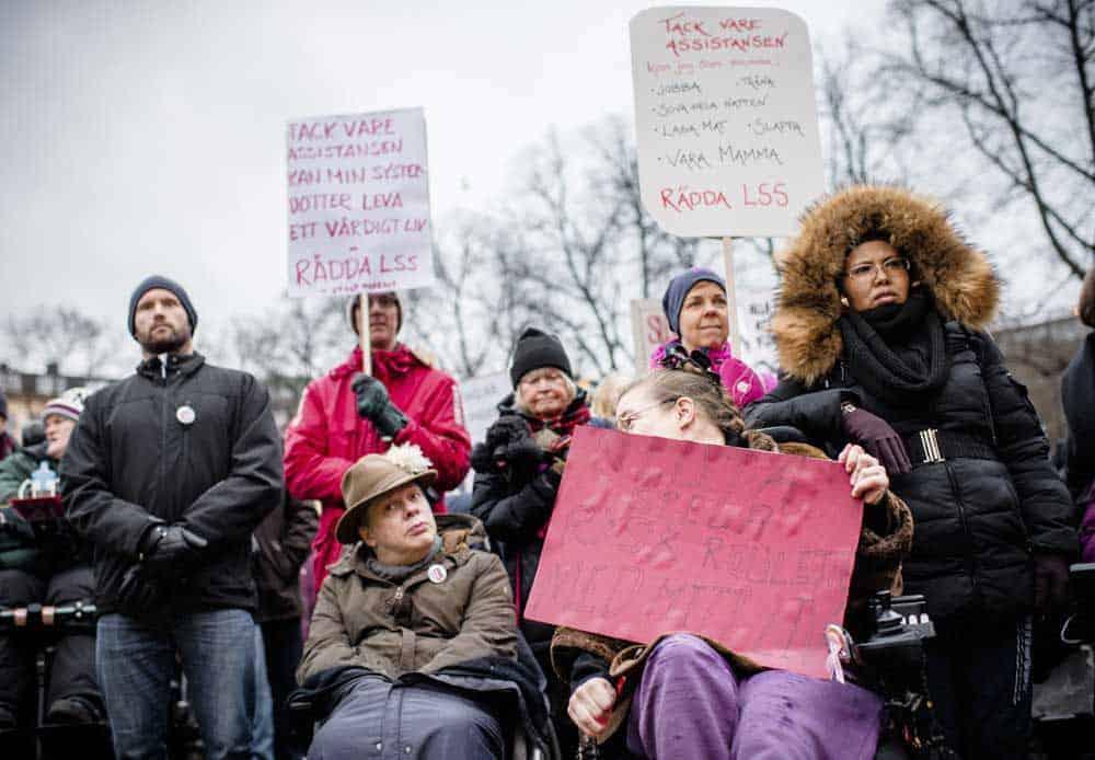 Protesterna är fortsatt intensiva mot regeringens assistanspolitik. Bilden från LSS-manifestationen i Stockholm i december 2017. Foto: Linnea Bengtsson.