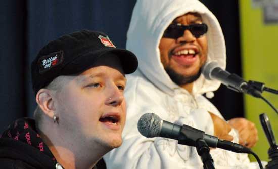 Madodds avslutade onsdagen på Föräldrakraftscenen med genuin svensk hiphop. Även på torsdagen medverkar Madodds.