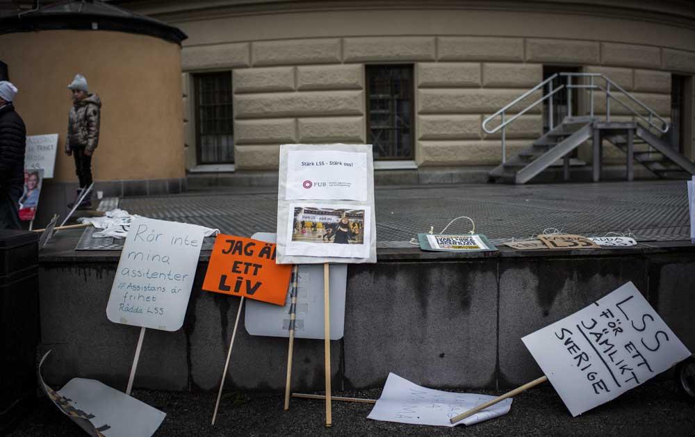 Nu plockas plakaten åter fram. Här en bild plakat från manifestation för LSS 2017. Foto: Linnea Bengtsson.