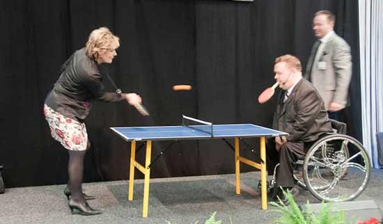 Foto på Maria Larsson och David Lega när de spelar pingis.