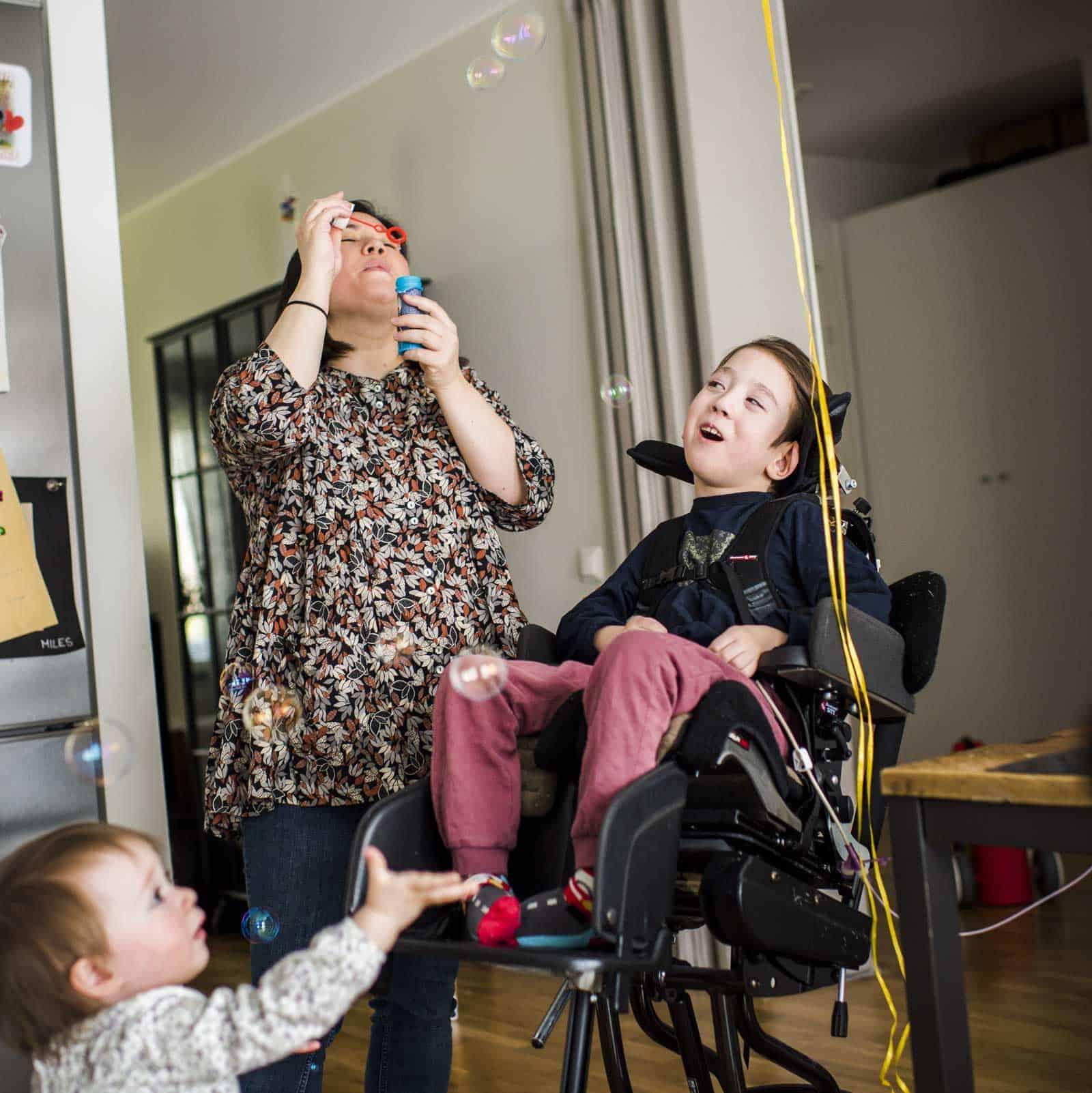 Miles föräldrar har valt att avstå från att söka dubbel assistans för att inte riskera att de förlorar den assistans Miles har idag. Foto: Linnea Bengtsson