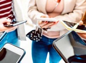 Ungdomar med mobiltelefoner. Foto: Envato
