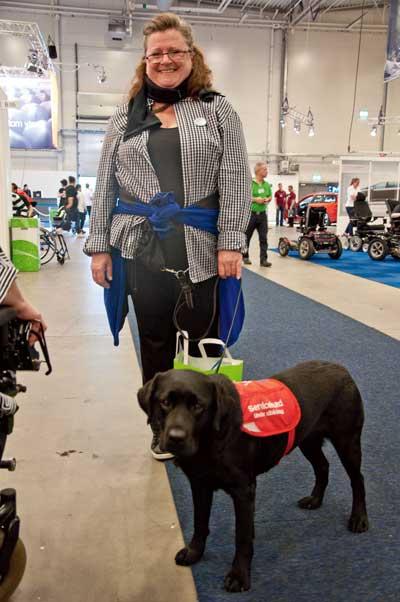 Foto på Viveca Söderlund med servicehund.